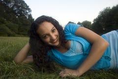 Zij glimlacht bij me Stock Foto's