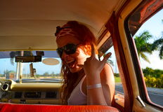 Zij glimlacht in de auto Royalty-vrije Stock Fotografie