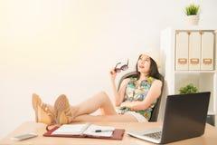 Zij heeft een visie van carrière en zitting op stoel stock foto