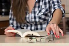 Zij heeft glazen voor lezing nodig Stock Fotografie