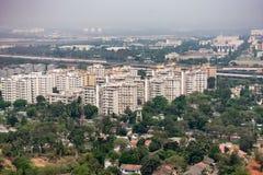 Zij hoogste mening van de stedelijk stadsbouw & groen die ontzagwekkend van hoge heuvels kijken stock afbeelding