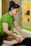 Zij masseren op vrouwenlichaam Royalty-vrije Stock Fotografie