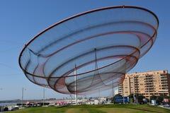 Zij verandert beeldhouwwerk door Janet Echelman bij een rotonde in Porto, Portugal stock afbeeldingen