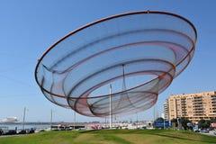 Zij verandert beeldhouwwerk door Janet Echelman bij een rotonde in Porto, Portugal royalty-vrije stock afbeeldingen