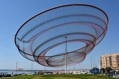 Zij verandert beeldhouwwerk door Janet Echelman bij een rotonde in Porto, Portugal royalty-vrije stock afbeelding