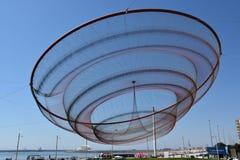 Zij verandert beeldhouwwerk door Janet Echelman bij een rotonde in Porto, Portugal stock foto