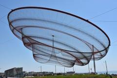 Zij verandert beeldhouwwerk door Janet Echelman bij een rotonde in Porto, Portugal stock foto's