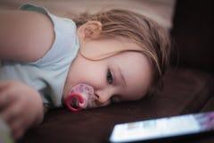 Zij viel in slaap met telefoon royalty-vrije stock afbeeldingen