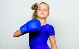 Zij voelt sterk en onafhankelijk meisje Sportopvoeding voor meisjes Feministische Beweging Sterk kindconcept Sterk jong geitje royalty-vrije stock afbeeldingen