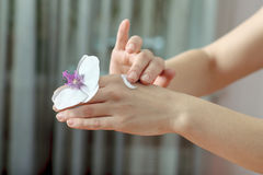 Zij zette de room op haar handen, die bloemorchidee is stock foto's