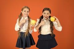 Zij zijn smakelijk De vruchten zijn hoog in vitamine De leuke schoolmeisjes houden van appelen Schoolkinderen met gezonde appelsn royalty-vrije stock foto