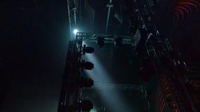 Zijaanzicht aan scène met een lichte show van vele rode roterende lichten en stroboscoop stock footage