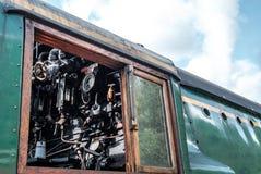 Zijaanzicht die van een beroemde Britse Stoomlocomotief, detail van de drijfcabine, met zijn maten en buisleidingen tonen royalty-vrije stock foto's