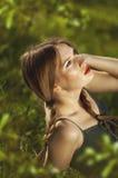 Zijaanzicht die van een mooie jonge vrouw met sproeten, zitten bij Royalty-vrije Stock Afbeeldingen