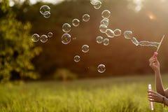 Zijaanzicht geschotene blazende zeepbels Royalty-vrije Stock Fotografie