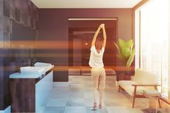 Zijaanzicht houten tweelinggootsteen betegelde badkamers, vrouw Stock Afbeelding