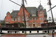 Zijaanzicht over een recht van het zeemansschip voor de burgerlijke zaal in papenburg Duitsland stock foto