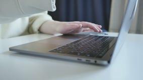Zijaanzicht over handen die snel post texting of met vrienden op toetsenbord van dunne moderne draagbare laptop in goed aangestok stock videobeelden