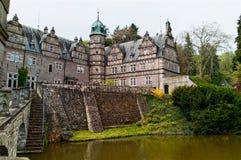 Zijaanzicht over het kasteel Emmerthal van de tuin met een meer stock foto's