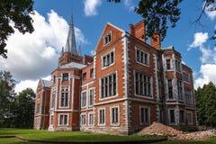 Zijaanzicht over Tyszkiewicz-paleis in Lentvaris, Litouwen royalty-vrije stock afbeeldingen