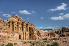 Zijaanzicht van Advertentie Deir (aka het Klooster of Gr Deir) in de oude stad van Petra (Jordanië) Stock Afbeeldingen