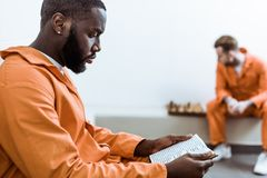 zijaanzicht van Afrikaanse Amerikaanse gevangene royalty-vrije stock fotografie