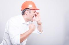 Zijaanzicht van architect die bouwvakker luid gillen dragen uit royalty-vrije stock fotografie