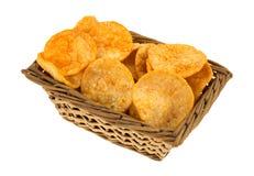Zijaanzicht van Barbecue Chips In een Rieten Mand Stock Afbeelding