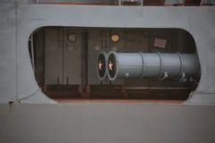 Zijaanzicht van bolwerk en twee-buis torpedobuis op het hogere dek van een Russische torpedojager Linkerraad royalty-vrije stock afbeeldingen
