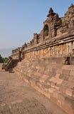 Zijaanzicht van Borobudur bij de basis met overvloed van de kleine stupas en standbeelden van Boedha Stock Foto's