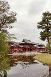 Zijaanzicht van Byodoin-tempel van over een vijver stock foto's