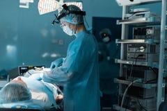 zijaanzicht van chirurgen werkende patiënt Royalty-vrije Stock Foto