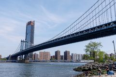 Zijaanzicht van van de Brugstructuur en New York van Manhattan gebouwen stock afbeeldingen