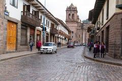 Zijaanzicht van de Cusco-Kathedraal met mensen het lopen Stock Fotografie