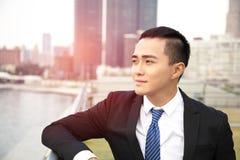 Zijaanzicht van de jonge bedrijfsmens stock foto's
