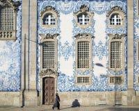 Zijaanzicht van de kerk van Carmo in Porto Stock Afbeeldingen