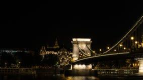 Zijaanzicht van de Kettingsbrug van Boedapest bij nacht stock foto