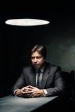 Zijaanzicht van de mens in donkere die ruimte door lamp wordt verlicht Stock Foto