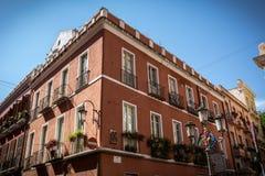 Zijaanzicht van de mooie rode bouw in Cagliari, Sardinige stock fotografie