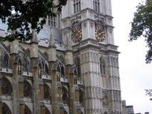 Zijaanzicht van de oude torenklok van Westminster Abbey London United Kingdom Stock Afbeeldingen