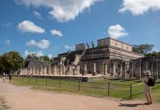 Zijaanzicht van de Tempel van Strijders bij Mayan ruïnes van Chichen Itza in Mexico royalty-vrije stock afbeelding
