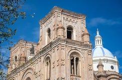 Zijaanzicht van de voorgevel en de koepel van een oude Kathedraal Stock Foto