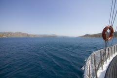 Zijaanzicht van de zeilboot op het overzees stock afbeeldingen