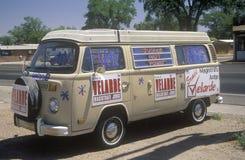 Zijaanzicht van een bestelwagen met groot campagneteken dat Velarde - Magistraat Judge, NM leest stock afbeelding
