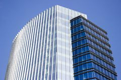 Zijaanzicht van een blauw modern collectief high-rise gebouw met een gestreept ontwerp royalty-vrije stock foto's