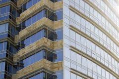 Zijaanzicht van een collectief die gebouw façade van glasvensters en room geelachtige tegels wordt gemaakt stock foto