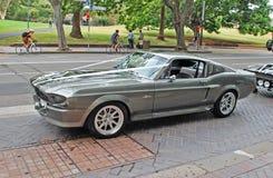 Zijaanzicht van een klassieke zilveren die auto als deel van huwelijkscortege wordt gehuurd Het model van het Shelby 1967 Mustang Stock Afbeelding