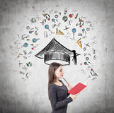 Zijaanzicht van een meisje met rood boek en onderwijs Stock Afbeeldingen