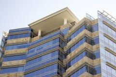 Zijaanzicht van een modern collectief gebouw met een terras stock foto