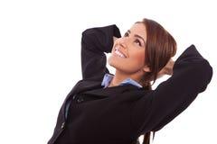 Zijaanzicht van een ontspannen bedrijfsvrouw Stock Fotografie